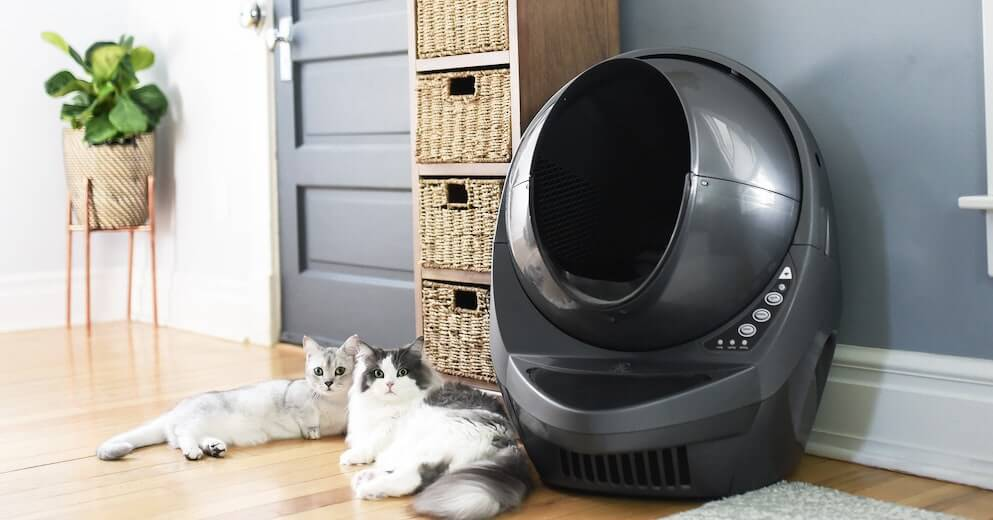 Self-cleaning cat litter tray